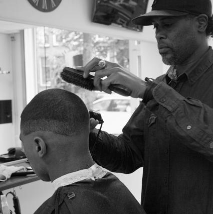 Zaakvoerder en kapper van Unique Trends Barbershop